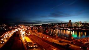 Panorera film av i stadens centrum stadshorisont i Portland Oregon längs den Willamette floden med rusningstidmotorvägen trafiker lager videofilmer