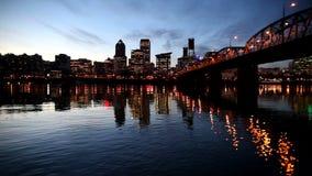 Panorera film av i stadens centrum stadshorisont i Portland Oregon längs den Willamette floden med rusningstidmotorvägen trafiker arkivfilmer