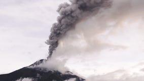 Panorera från vänster till höger över det Tungurahua Volcano During utbrottet 2016 arkivfilmer