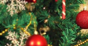 Panorera julgranen som dekoreras av prydnader lager videofilmer