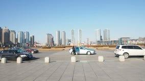 Panorera kameran framme av den Xinghai fyrkanten, Dalian, Kina arkivfilmer
