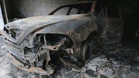 Panorera längd i fot räknat av bilen för brännskadan ut i garage arkivfilmer