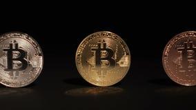 Panorera längs ett guld- mynt för silver- och bronsBitcoin cryptocurrency på en svart bakgrund lager videofilmer