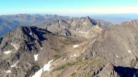 Panorera ovanför maxima för stenigt berg av de sju jäklarna i centrala Idaho arkivfilmer