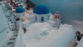 Panorera sikt av den blåa kupolkyrkor och calderaen i den Santorini ön, Grekland stock video