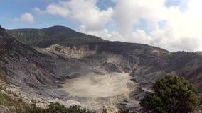 Panorera sikt av den Tangkuban Perahu krater lager videofilmer