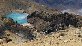 Panorera sikt av en Emerald Lake på den Tongariro korsningen lager videofilmer