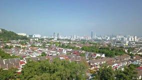 Panorera sikt av flyg- längd i fot räknat över förorter av Kuala Lumpur, Malaysia lager videofilmer