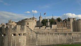 Panorera skott från vänster till höger av det beryktade tornet av London arkivfilmer