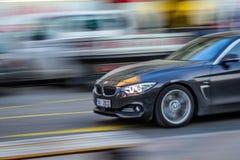 Panorera skottet av BMW 550i royaltyfria foton