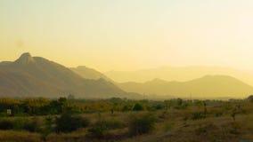Panorera skottet av den Aravali bergskedjan i rajasthan på skymning med dimma stock video