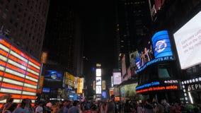 Panorera skottet av det stora neonet oss fyrkant för flagga tidvis, NY arkivfilmer