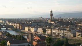 Panorera skottet av duomoen och Ponten Del Vecchio, Florence arkivfilmer