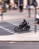 Panorera skottet av en motorcbike royaltyfri fotografi