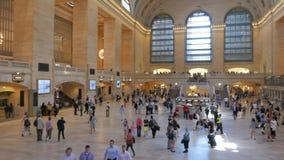 Panorera skottet av inre av Grand Central Station, NY stock video