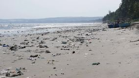 Panorera skottet av plast- avskräde och kassera på stranden Statisk elektricitetskott arkivfilmer