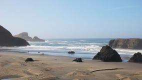 Panorera skottet av sharkfin vagga på den Oregon kusten arkivfilmer