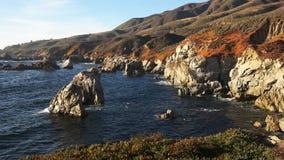 Panorera skottet av soberanespunkt på den Kalifornien kusten i stor sur lager videofilmer