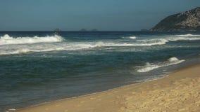 Panorera skottet av surfare och ipanemastranden i Rio de Janeiro arkivfilmer