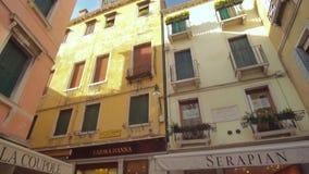 Panorera till och med gator av Venedig, Italien stock video