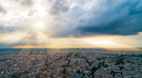 Panorma του Παρισιού με τις ακτίνες Θεών στο υπόβαθρο Στοκ φωτογραφίες με δικαίωμα ελεύθερης χρήσης