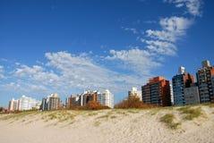 Panorma della spiaggia delle costruzioni Fotografie Stock Libere da Diritti