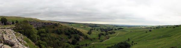 Panorma Malham zatoczki krajobraz w Yorkshire dolin parku narodowym w Anglia na chmurnym dniu Zdjęcia Stock