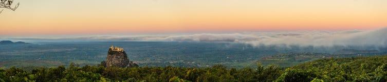 Panorma wschód słońca przy górą Pop w Mynamar zdjęcia stock