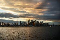 Panoroma di tramonto di Toronto nell'isola di Toronto Immagini Stock Libere da Diritti
