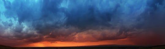 Panoroma, kleurrijke zonsondergang Stock Afbeeldingen