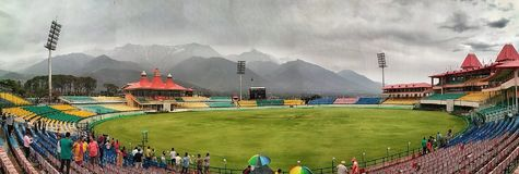 Panoroma sikt av syrsaanslutningstadion i Dharamshala Royaltyfri Foto