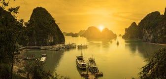 Panoromic下龙湾视图,越南 免版税库存照片