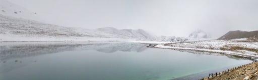 Panoromic взгляд озера Gurudongmar с снегом покрыл пики, Сикким, Индию Стоковая Фотография