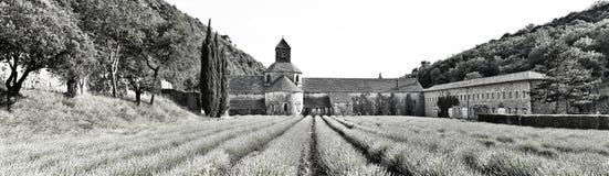 Panorsamic abbotskloster di Senanque som är svartvit Fotografering för Bildbyråer