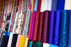 Panos coloridos para a venda na loja Fotos de Stock