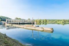 Panperduto,索姆马隆巴尔多,意大利水坝的提契诺州河  免版税库存图片
