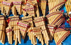 Panpipes de Andes no mercado do artesanato, Cusco, Peru fotos de stock royalty free