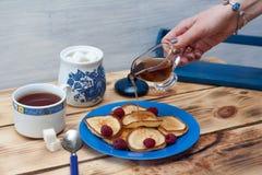 Panqueca com chá e xarope de bordo Fotos de Stock