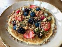 Panqueca da dieta de Paleo com os frutos orgânicos servidos no restaurante/crepe foto de stock royalty free