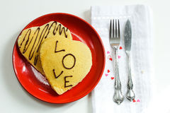 Panqueca dada forma coração para o dia de Valentim imagem de stock royalty free