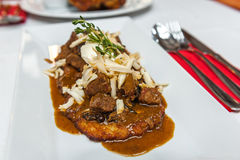 Panqueca de batata com o guisado de carne polonês do estilo Fotografia de Stock