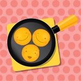 Panqueca de sorriso em uma bandeja para o café da manhã que fica sobre Foto de Stock Royalty Free