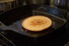 Panqueca do café da manhã que cozinha na bandeja Fotografia de Stock Royalty Free