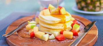 Panqueca do fruto com mel Imagens de Stock Royalty Free