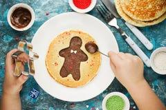 Panqueca do homem de pão-de-espécie Panqueca doce com chocolate e açúcar Fotografia de Stock