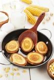 Panqueca do milho na tabela fotos de stock