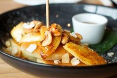 Panqueca e banana da manteiga de coco com xarope do mel Imagens de Stock