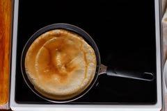 Panqueca fritada em uma frigideira Fotos de Stock