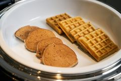 Panqueca sortido, crepe do waffle, close-up Restauração do bufete da pastelaria imagem de stock