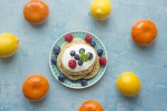 Panquecas caseiros com fruto colorido ao redor Imagens de Stock Royalty Free